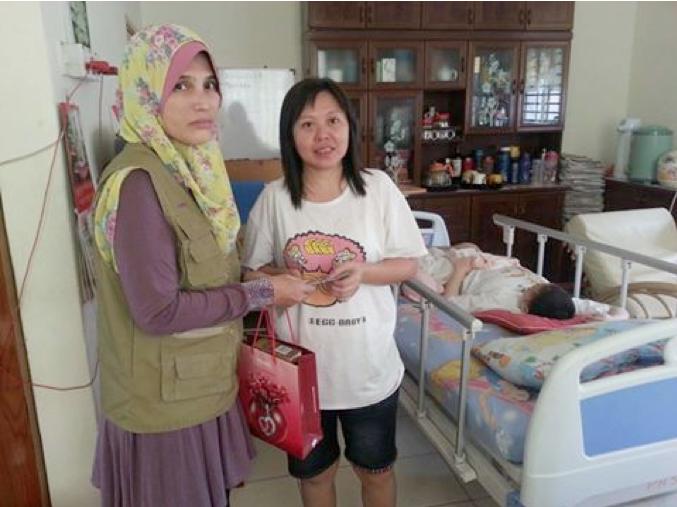 <b>Sumbangan Goodies Bags dan Duit Raya kepada Pesakit Kanser Kanak-Kanak Yang Sedang Dalam Rawatan di PPUKM Semasa Ramadhan 2016</b><br> <ul>  <li>Duit Raya CAKNe diberikan kepada keluarga kanser kanak-kanak PPUKM yang terpilih. Antara 18 keluarga terdapat 3 keluarga bukan Islam</li>  <li>Penyumbang program ini termasuk mereka yang membeli sampul raya CAKNe, penyumbang perseorangan dan kariah Surau Taman Rasah Kemayan</li> </ul>